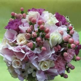 Булчински букет в бяло и розово