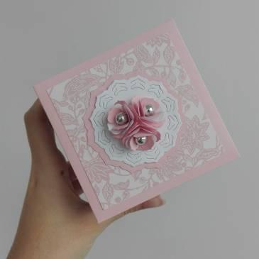 Експлодираща кутия в нежно розово